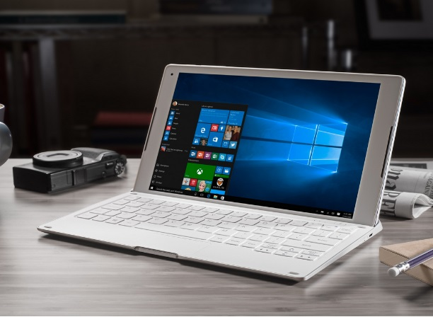 otwarty laptop na biurku